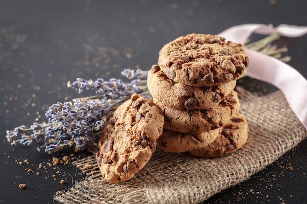 Biscuits maison sur un fond noir