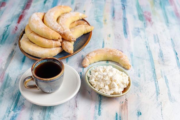 Biscuits maison en forme de banane garnis de fromage cottage.