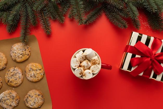 Biscuits maison de noël sur fond rouge