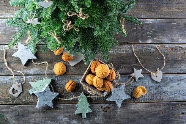 Biscuits maison-noix farcies au caramel salé et jouets de sapin de noël dans le style scandinave