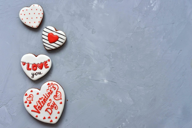 Biscuits maison de la saint-valentin sur fond gris ultime recouvert de glaçage avec un beau motif de pain d'épice.