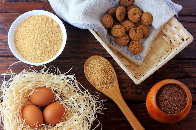 Biscuits maison sans gluten et sans lactose sur une table en bois rustique avec ingrédients