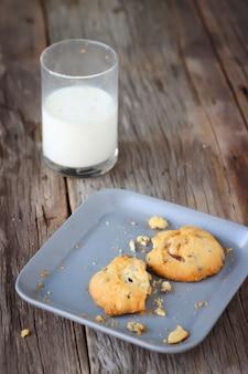 Des biscuits mangés et un verre de lait. dessert sucré et boisson saine.