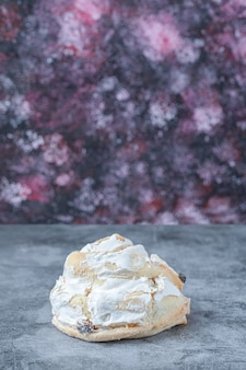 Biscuits de meringue blanche aux raisins noirs
