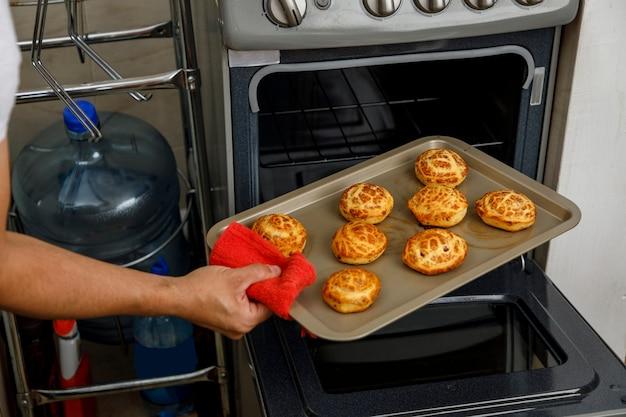 Biscuits mexicains traditionnels fraîchement cuits sur un plateau tout en étant retiré du four