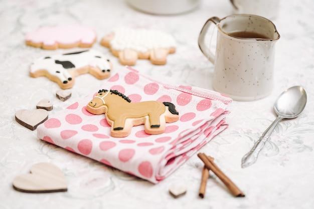 Biscuits mignons faits à la main en forme d'animaux