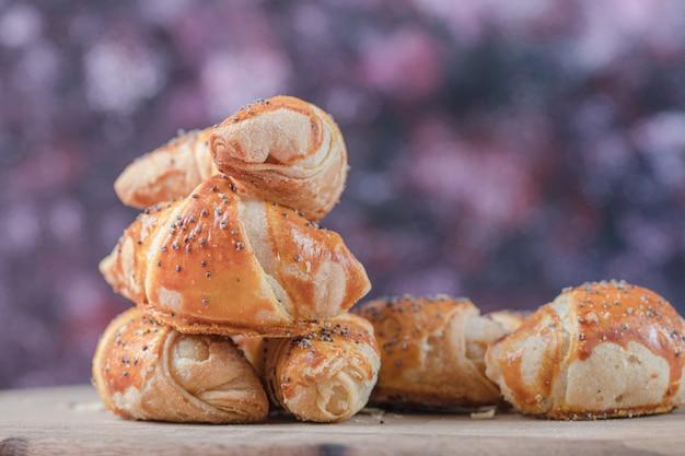 Biscuits mutaki frits sur une planche de bois.