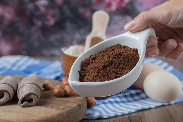 Biscuits mutaki de race blanche frits sur une planche de bois avec de la cannelle en poudre.