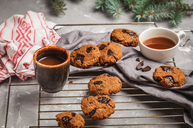 Biscuits de noël au chocolat et au cacao. concept de fond de noël