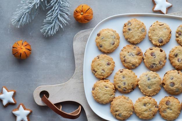 Biscuits de noël au chocolat, à plat sur pierre grise