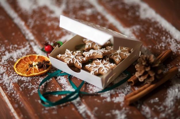Biscuits de noël. biscuits de pain d'épice dans la boîte sur fond en bois