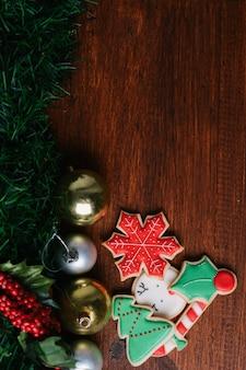 Biscuits de noël colorés avec décoration festive