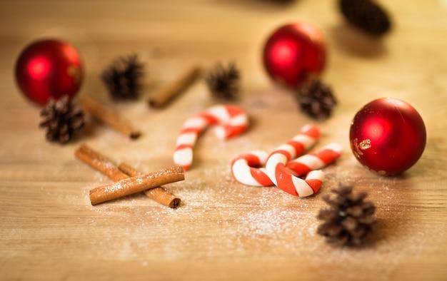 Biscuits de noël avec décoration festive avec des bonbons sur fond de bois et décorations de noël