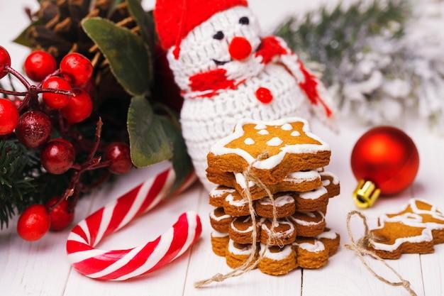 Biscuits de noël avec décoration festive