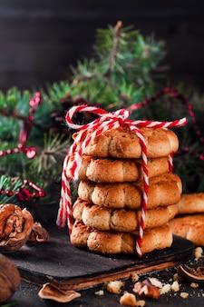 Biscuits de noël avec décoration de fête