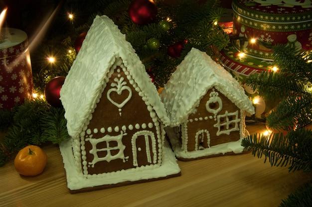 Biscuits de noël du nouvel an avec des mandarines et une petite maison dans le panier