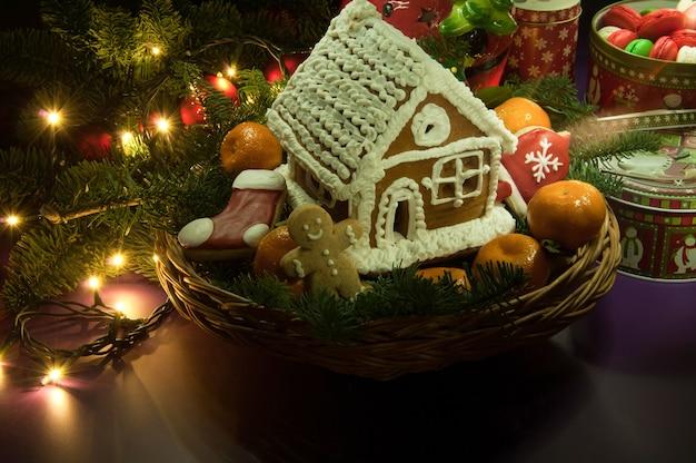 Biscuits de noël du nouvel an avec des mandarines et une petite maison