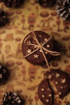 Biscuits de noël avec des étoiles. une pile de cookies avec une chaîne.