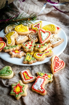 Biscuits de noël faits maison sur une assiette