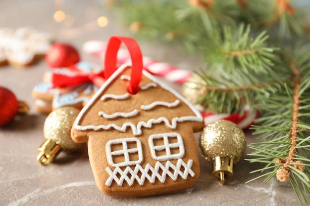 Biscuits de noël faits maison, bonbons, jouets sur brun, espace pour le texte. fermer