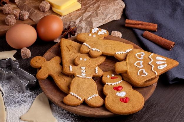 Biscuits de noël faits maison sur fond de bois