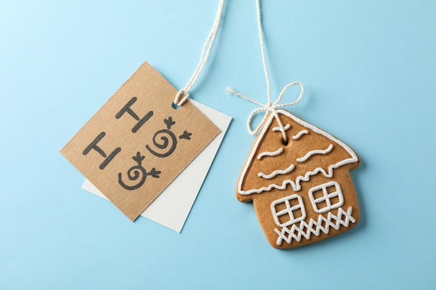 Biscuits de noël faits maison, ho-ho sur bleu, espace pour le texte. fermer