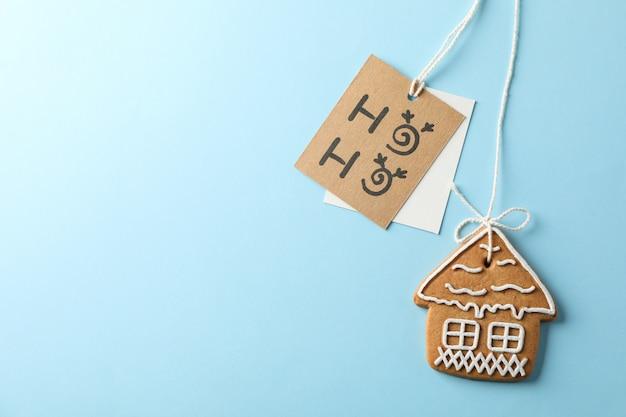 Biscuits de noël faits maison, ho-ho sur bleu, espace pour le texte. vue de dessus