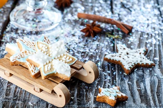 Biscuits de noël faits maison sur une table en bois