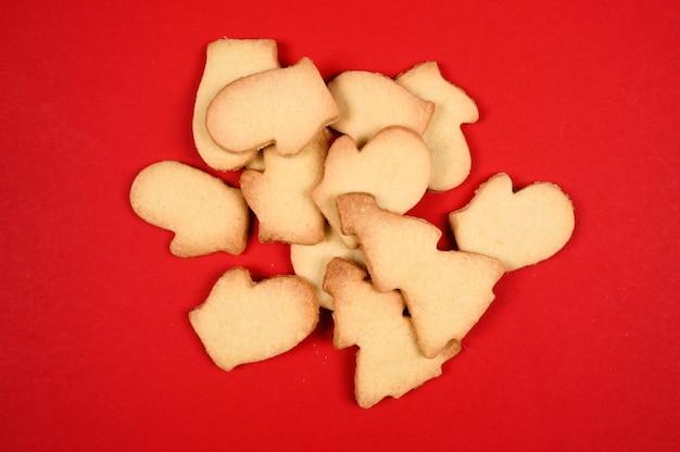 Biscuits de noël sur un fond en bois foncé.