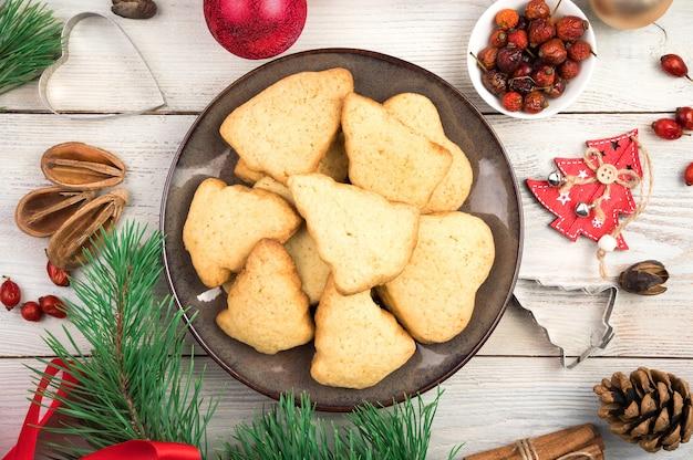 Biscuits de noël sur fond de noël