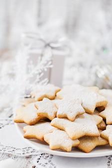 Biscuits de noël et guirlandes sur une table en bois