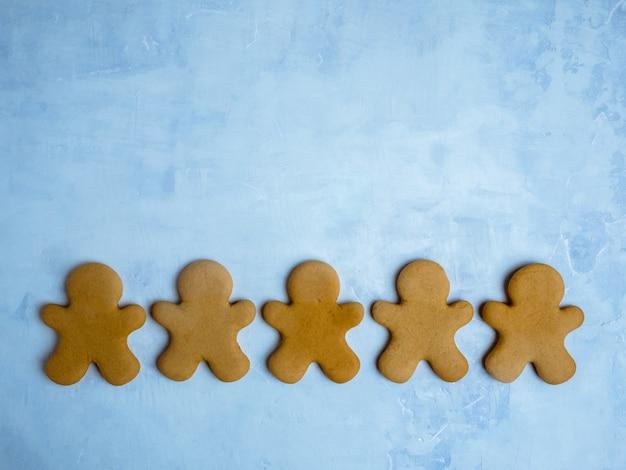 Biscuits de noël isolés sur fond bleu clair.