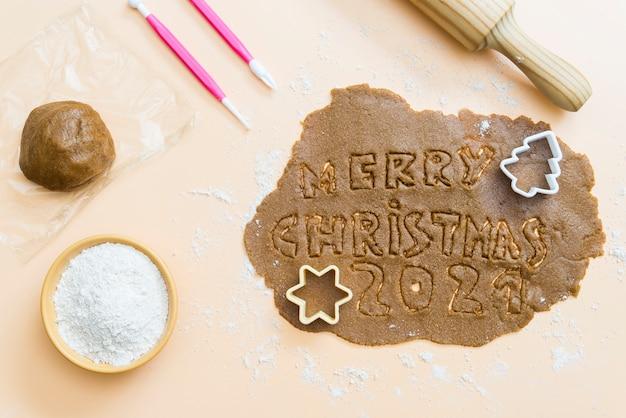 Biscuits de noël avec les lettres joyeux noël 2021