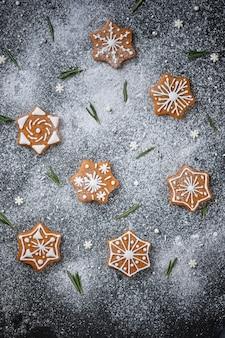 Biscuits de noël en pain d'épice aux épices décorés de motifs hivernaux