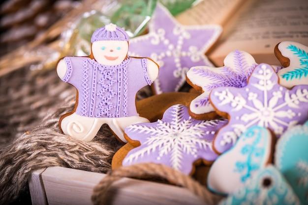 Biscuits de noël en pain d'épice, flocons de neige et gingembre