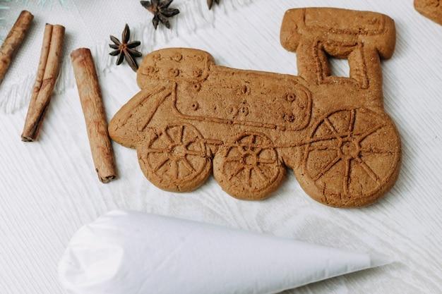 Biscuits de noël en pain d'épice en forme de train à vapeur