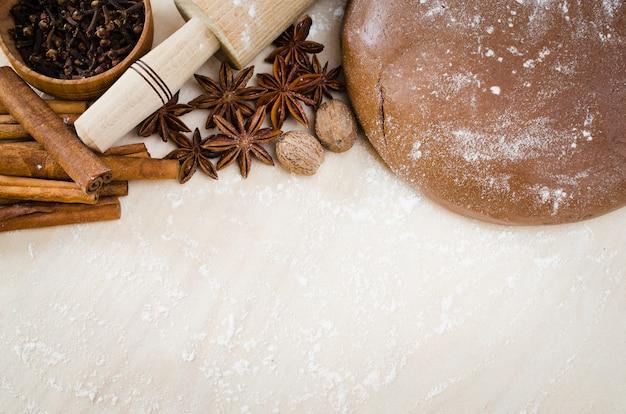 Biscuits de noël. pâte de pain d'épices aux épices.