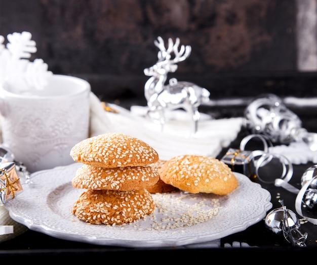 Biscuits de noël sur une plaque blanche