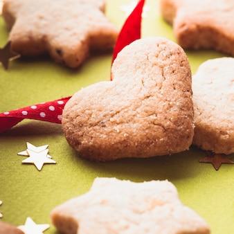 Biscuits de noël avec ruban rouge sur vert