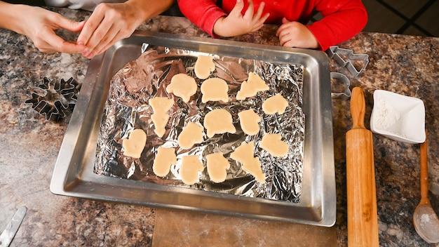Les biscuits de noël sont prêts pour la cuisson