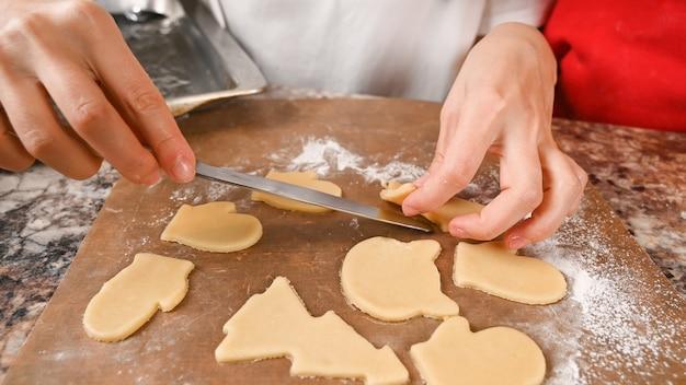 Les biscuits de noël sont prêts pour la cuisson.