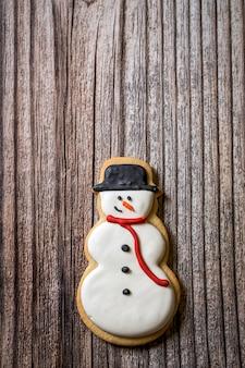 Biscuits de noël sur table en bois