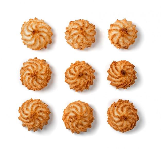Biscuits à la noix de coco au four naturels ou macarons à la noix de coco avec copeaux de coco