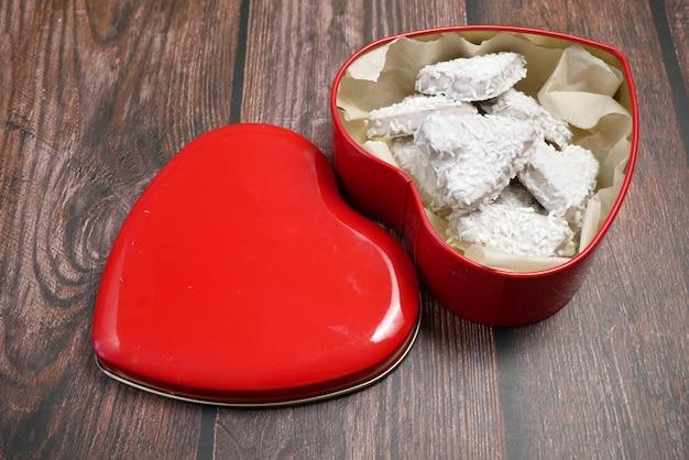 Biscuits à la noix de coco dans une boîte rouge