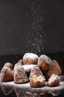 Biscuits à la noix de coco avec du sucre en poudre