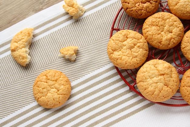 Biscuits à la noix de coco faits maison sur une grille rouge