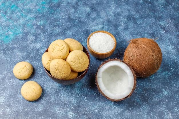 Biscuits de noix de coco maison végétaliens sains avec demi-noix de coco
