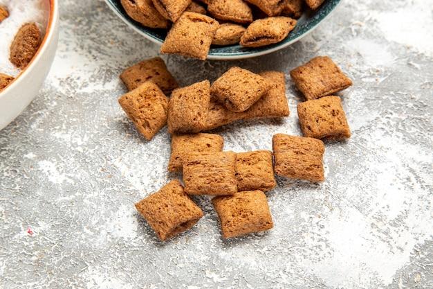Biscuits d'oreiller avec du lait pour le petit déjeuner sur blanc