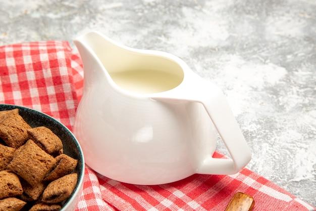Biscuits d'oreiller sucrés sur sol blanc