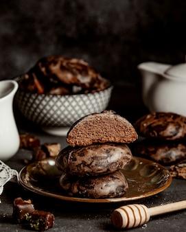 Biscuits de pain d'épice au chocolat et au miel dans une assiette